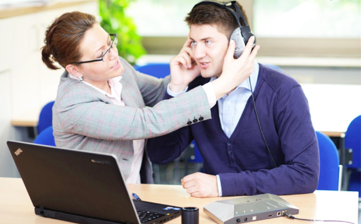 vrouw zet koptelefoon op bij klant